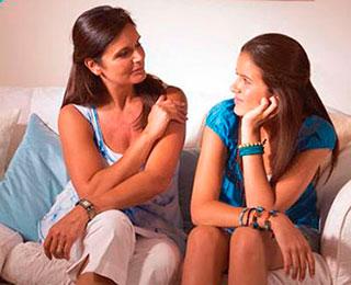 madre-con-adolescente-para-cortar